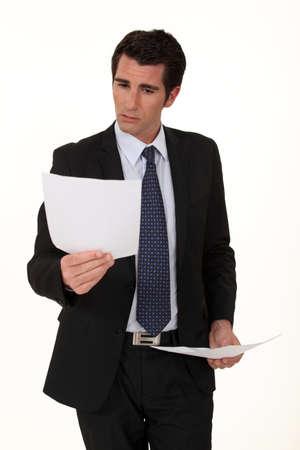 revisando documentos: Empresario lectura de documentos