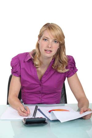 Mujer de negocios por escrito un informe Foto de archivo - 15915439