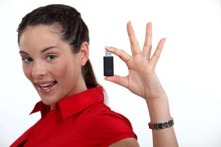 USB 키를 들고 갈색 머리