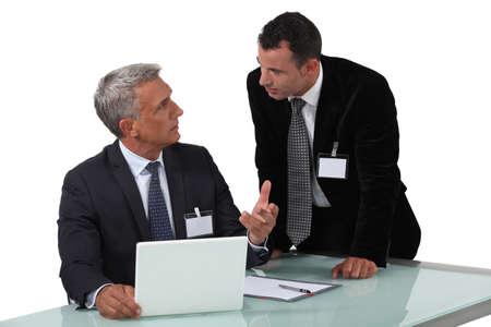 Dwóch biznesmenów posiadających gorącą debatę