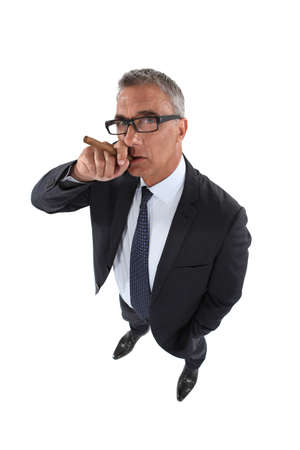 hombre fumando puro: Hombre de negocios mayor cigarro fumar