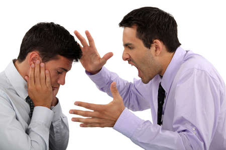 to degrade: Jefe gritando a los empleados