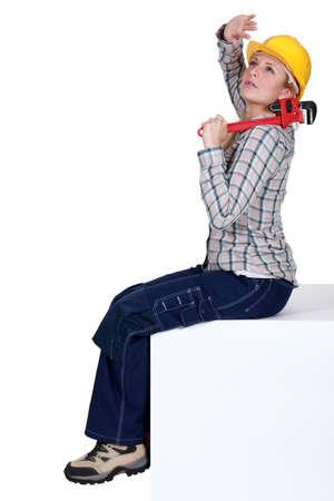 casco rojo: Mujer con llave los ojos de blindaje