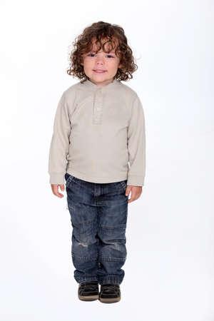 plan éloigné: Mignon petit garçon avec un sourire espiègle