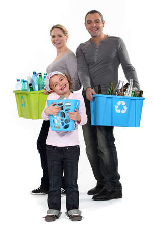 niños reciclando: Familia reciclaje