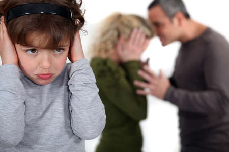 divorcio: pareja teniendo una pelea en frente de su ni�o