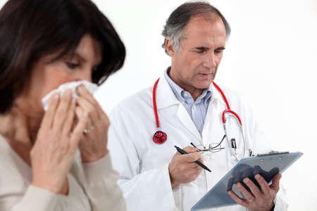 doku: doktor burnunu üfleme bir kadın Stok Fotoğraf