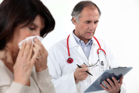 tejido: Una mujer que sopla su nariz por el médico
