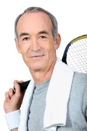 tennis stadium: Un hombre maduro que juega a tenis Foto de archivo