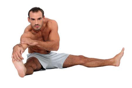 pies masculinos: Hombre que estira Foto de archivo