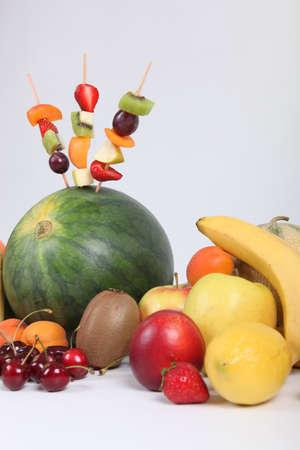 fruit skewers: Brochetas de frutas