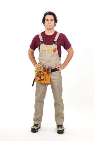 contrema�tre: Handyman se tenait avec les mains sur les hanches