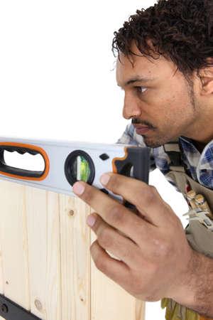 trussing: artigiano lavorando con livello