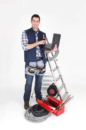 electricista: Electricista de pie con su equipo Foto de archivo
