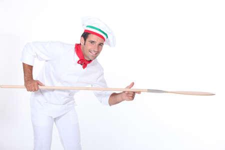 Pizza Maker celebración de una pizza cáscara