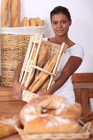 bread shop: Giovane donna che lavora in una panetteria