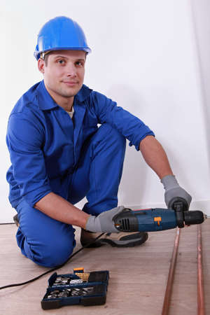 close fitting: Man drilling