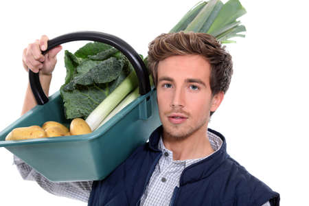 joven agricultor: agricultor joven con una cesta de verduras