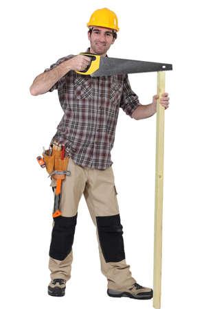 serrucho: Un carpintero con una sierra de mano.