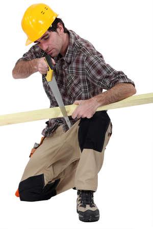 handsaw: Carpintero con una sierra de mano