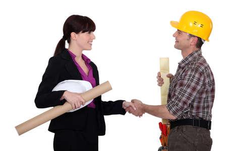 manos estrechadas: Construcci�n temblor de las manos