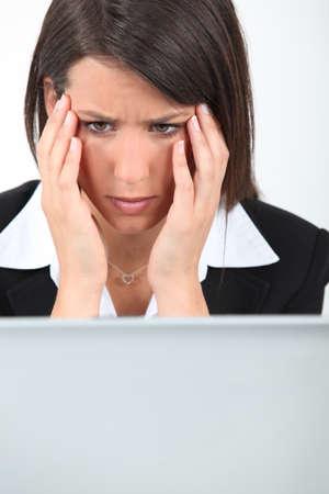 computer problems: Businesswoman avendo problemi con il computer