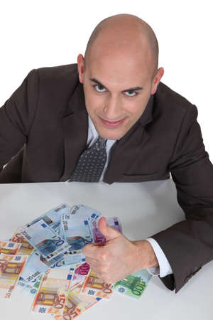 contando dinero: Hombre contando dinero Foto de archivo