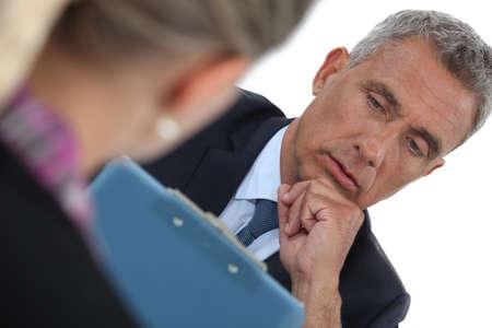 sobrio: Empresario entrevistar a un solicitante de empleo