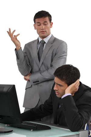 disapproving: Imprenditore arrogante parlando con il suo collega