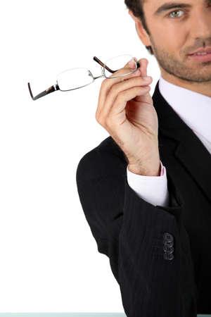 glass eye: El hombre quit�ndose los anteojos