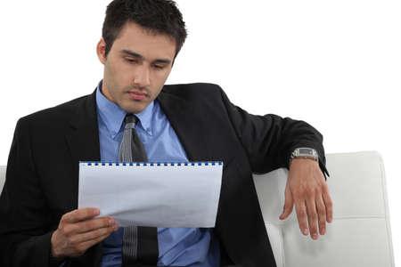 revisando documentos: Empresario de levantarse a la velocidad Foto de archivo