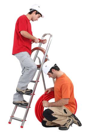 Handelaren installeren koper en geribbelde buis