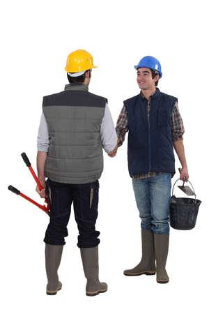 ingeniero civil: Trabajadores de la construcción handshaking Foto de archivo