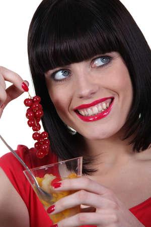 nice food: женщина ест салат из свежих фруктов