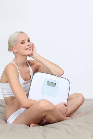 wit ondergoed: Vrouw in wit ondergoed met schubben Stockfoto