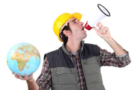 contrema�tre: artisan criant dans un m�gaphone et tenant un globe