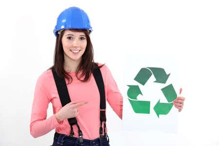 logo reciclaje: Artesana joven que muestra el logo de reciclaje