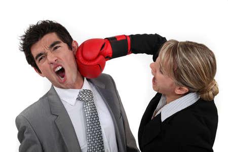 violence in the workplace: Mujer pu�etazos a su colega Foto de archivo