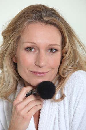 greasing: Woman holding blusher brush