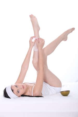 belles jambes: Jeune femme épilation jambes Banque d'images