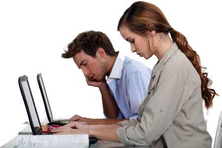 diligente: Los estudiantes que trabajan en una asignación en clase