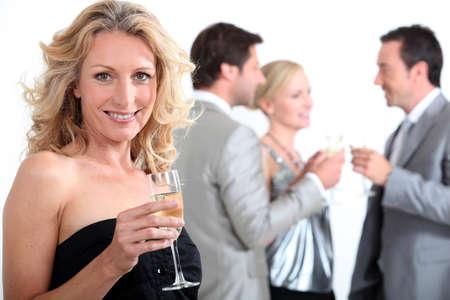together with long tie: Grupo de personas con bebidas en la mano Foto de archivo