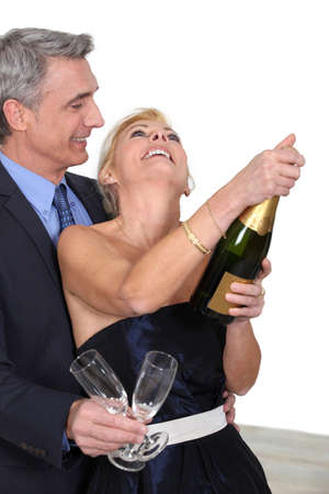 mariage: mature couple celebrating with champagne