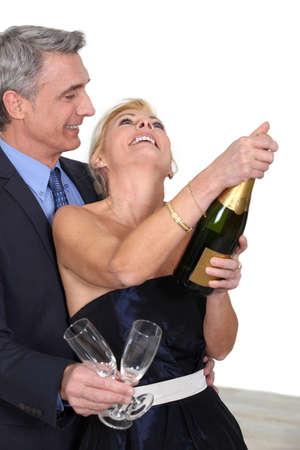 volwassen paar vieren met champagne