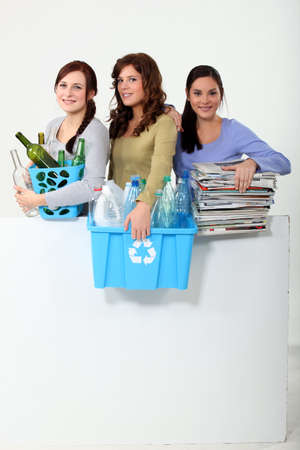 contaminacion ambiental: Mujer joven que toma el reciclaje