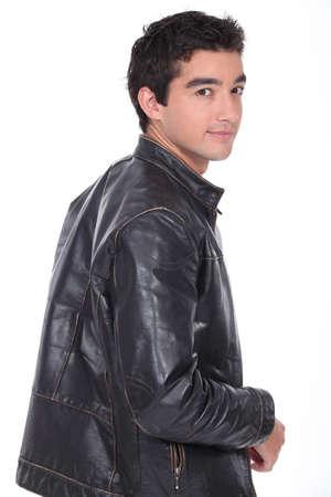 bata blanca: retrato de un hombre joven con chaqueta de cuero