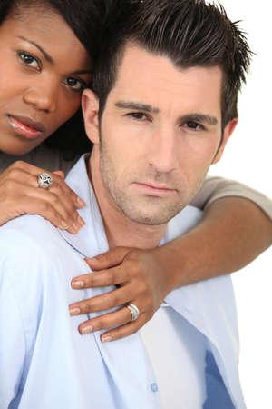 mujer de espaldas: Hombre mujer que abraza desde atr�s Foto de archivo