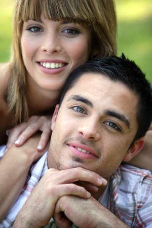 personas abrazadas: Retrato de la sonrisa joven pareja