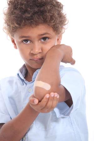 Little boy con un cerotto sul braccio