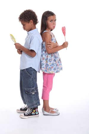 petite fille triste: un petit gar�on et une petite fille boudeuse et manger de la cr�me glac�e